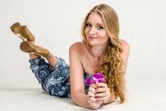 Mooi romantisch meisjesblonde in de zomerkleding met orchideebloem Stock Foto's