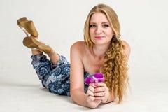 Mooi romantisch meisjesblonde in de zomerkleding met orchideebloem Royalty-vrije Stock Fotografie