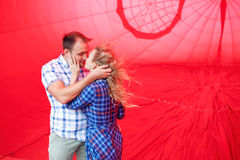 Mooi romantisch paar die binnen een hete luchtballon koesteren stock foto's