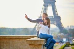 Mooi romantisch paar in Parijs stock afbeelding