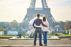 Mooi romantisch paar in Parijs royalty-vrije stock foto's