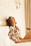 Mooi romantisch vrouw/meisjesbrunette die op het bed in haar ruimte thuis liggen Stock Afbeeldingen