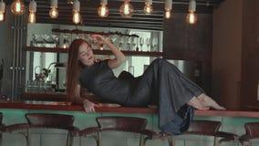 Mooi rood haarmeisje in elegante kleding in haar luxueuze flat stock video