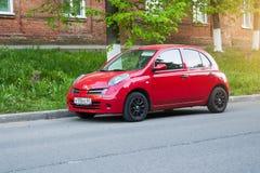 Mooi rood Nissan Micra March parkeerde op de straat Royalty-vrije Stock Fotografie