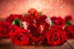 Mooi rood rozen en hart stock foto's