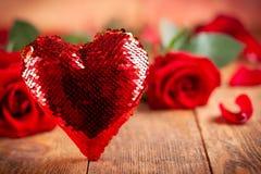 Mooi rood rozen en hart royalty-vrije stock afbeeldingen