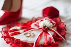 Mooi rood wit hoofdkussen met ringen royalty-vrije stock foto