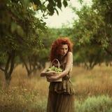 Mooi roodharig meisje in de appelboomgaard royalty-vrije stock foto's