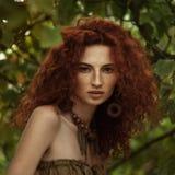 Mooi roodharig meisje in de appelboomgaard stock afbeelding