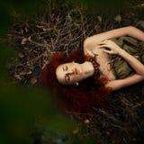 Mooi roodharig meisje in de appelboomgaard royalty-vrije stock afbeelding