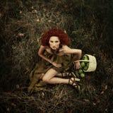 Mooi roodharig meisje in de appelboomgaard Stock Afbeeldingen