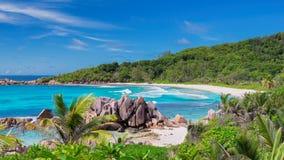 Mooi rotsachtig strand met palm en het turkooise overzees op Paradijseiland stock fotografie