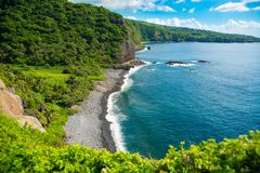 Mooi rotsachtig strand op het Eiland Maui, Hawaï Stock Foto
