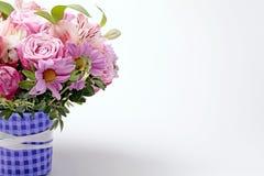 Mooi roze boeket van bloemen met exemplaarruimte Stock Fotografie