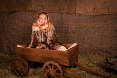Mooi Russisch meisje in een sjaalzitting in een kar Stock Foto