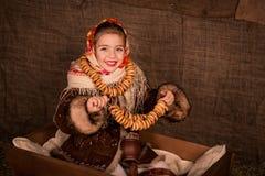 Mooi Russisch meisje in een sjaalzitting in een kar Royalty-vrije Stock Foto's