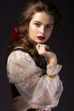Mooi Russisch meisje in nationale kleding met een vlechtkapsel en rode lippen Het Gezicht van de schoonheid Royalty-vrije Stock Foto