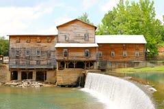 Mooi Rustiek Landbouwbedrijfhuis met Waterdaling Royalty-vrije Stock Afbeelding