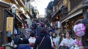 Mooi sakuraseizoen in de mening van de stadsstree van Kyoto met aardige brug voor achtergrond stock videobeelden