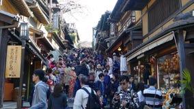 Mooi sakuraseizoen in de mening van de stadsstree van Kyoto met aardige brug voor achtergrond stock video