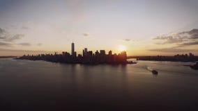Mooi satellietbeeld op cityscape van New York horizon door kalme oceaan in de warme hemel van de avondzonsondergang stock footage