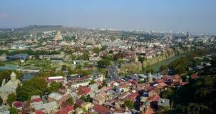Mooi satellietbeeld van centrum van Tbilisi Kurarivier Hommelvlucht stock footage