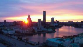 Mooi satellietbeeld van de stad en de rivier bij zonsondergang stock video