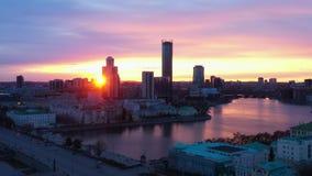 Mooi satellietbeeld van de stad en de rivier bij zonsondergang stock videobeelden