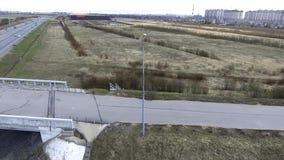 Mooi satellietbeeld van grijze wegen, gebouwen, daken, bruggen en gebieden stock footage