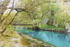 Mooi schilderachtig de herfstlandschap van rivier in de berg royalty-vrije stock afbeelding