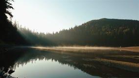 Mooi schilderachtig Synevir-meer op de ochtend Adembenemend Karpatisch bergen en paar die in liefde op lopen stock video