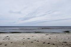 Mooi schot van een strand met het overzees royalty-vrije stock foto