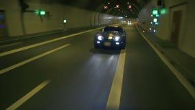 Mooi schot van het blauwe Korvet drijven door de tunnel stock video