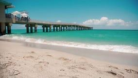 Mooi schot van strand en pijler in Miami-Zonnige Eilanden, steadicam gebruikt stock videobeelden