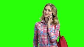 Mooi schuw meisje die op celtelefoon spreken stock footage