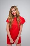 Mooi schuw meisje in rode kleding Royalty-vrije Stock Afbeeldingen