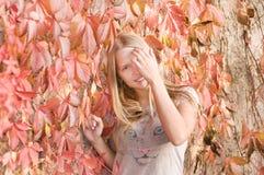 Mooi schuw tienermeisje Royalty-vrije Stock Foto's