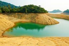 Mooi sedimentair gesteente en cyaanwater stock afbeelding