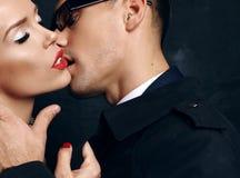 Mooi sensueel gloedvol paar het verhaal van de bureauliefde royalty-vrije stock afbeelding