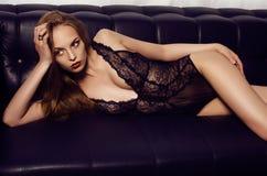 Mooi sensueel meisje met lang donker haar die luxueuze kantlingerie dragen Stock Foto