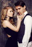 Mooi sensueel paar in elegante kleren die in studio stellen Stock Afbeelding