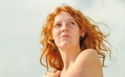Mooi sensueel portret van een nadenkende jonge roodharige snakkende krullende vrouw op vakantie door het overzees met exemplaarru royalty-vrije stock fotografie