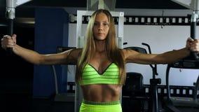 Mooi sexy atletisch spier jong meisje De Kaukasische treinen van het geschiktheidsmeisje in de gymnastiek stock video