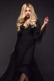 Mooi sexy blondemeisje met sensuele lippen, manierhaar, zwarte kleding Het Gezicht van de schoonheid stock foto's