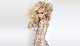 Mooi sexy blondemodel met verbazende ogen, haar van het wind het neer lange volume in sexy elegante kleding royalty-vrije stock afbeeldingen