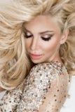 Mooi sexy blondemodel met verbazende ogen, haar van het wind het neer lange volume in sexy elegante kleding stock foto's