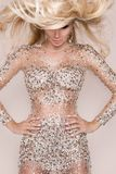 Mooi sexy blondemodel met verbazende ogen, haar van het wind het neer lange volume in sexy elegante kleding royalty-vrije stock fotografie