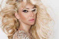 Mooi sexy blondemodel met verbazende ogen, haar van het wind het neer lange volume in sexy elegante kleding stock fotografie