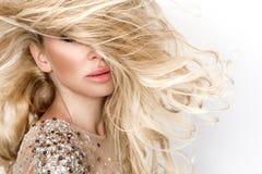 Mooi sexy blondemodel met verbazende ogen, haar van het wind het neer lange volume in sexy elegante kleding royalty-vrije stock afbeelding