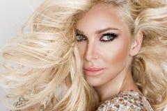 Mooi sexy blondemodel met verbazende ogen, haar van het wind het neer lange volume met hoogtepunten stock fotografie